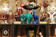Regal mit Weinlese Andenken, Figürchen eines Elefanten Stockbild