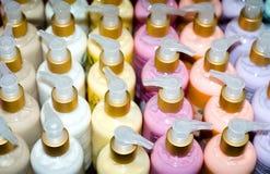 Regal voll der kosmetischen Produkte Lizenzfreie Stockfotografie