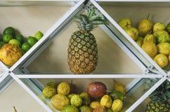Regal voll von frischen tropischen Früchten lizenzfreies stockfoto