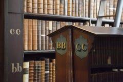Regal von alten Büchern in der Bibliothek Stockbild