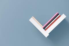 Regal von Büchern auf Wand Lizenzfreie Stockfotos