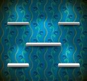 Regale auf der grungy blauen Wand Lizenzfreies Stockbild