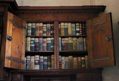 Regale mit antiken Büchern in der alten Bibliothek lizenzfreies stockbild