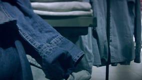 Regale mit Denimkleidung im Speicher stock video
