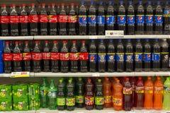 Regale mit Flaschen von Coca Cola, von Pepsi-Cola, von Fanta und von Sprite im zentralen Festival Pattaya setzen Mall auf den Str Stockbild