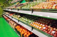 Regale mit Früchten im Supermarkt, getont Lizenzfreies Stockfoto