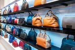 Regale mit Handtaschen Stockfoto