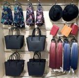 Regale mit Handtaschen, Geldbörsen und Schals Lizenzfreie Stockfotos