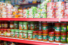 Regale mit Konserven an den Lebensmittelgeschäften Lizenzfreie Stockbilder