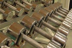 Regale mit Metallgewichten stockbilder