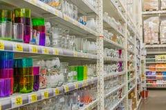 Regale mit Waren im Speicher Stockfotos
