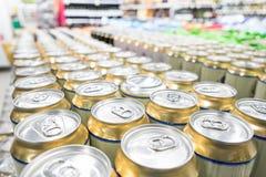Regale mit Waren im Supermarkt Lizenzfreies Stockfoto
