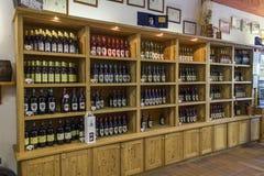 Regale mit Wein im Aostatal Stockbilder