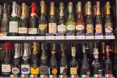 Regale mit Wein im zentralen Festival Pattaya setzen Mall auf den Strand Pattaya, Thailand Lizenzfreie Stockfotografie