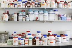 Regale voll von Medikationen Lizenzfreie Stockbilder
