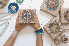 Regali avvolti in carta kraft Sulle scatole modello dipinto della mandala Fotografia Stock Libera da Diritti