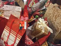 Regali avvolti Colourful di Natale fotografia stock