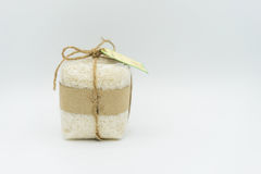Regali avvolti riso su un fondo bianco Fotografia Stock