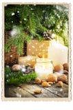 Regali d'annata della cartolina di Natale che bruciano la neve di caduta della candela Immagini Stock