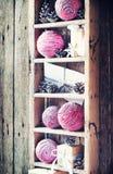 Regali d'annata di Natale su Shelfs Precipitazioni nevose tirate Fotografie Stock