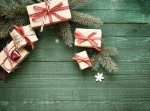 Regali decorativi di Natale legati con il nastro rosso Immagini Stock