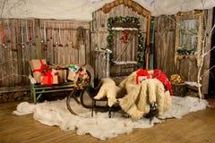 Regali del Natale dei bambini su una slitta Immagini Stock Libere da Diritti