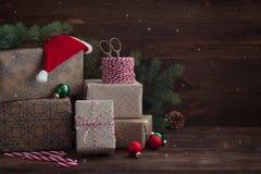 Regali del nuovo anno di Natale di Prepairing con il cappello degli assistenti del ` s di Santa fotografia stock