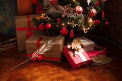 Regali del nuovo anno e di Natale sotto un albero di Natale Immagini Stock