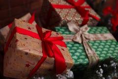 Regali del nuovo anno e di Natale sotto un albero di Natale Fotografia Stock Libera da Diritti