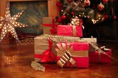 Regali del nuovo anno e di Natale sotto un albero di Natale Fotografia Stock