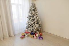 Regali della decorazione del nuovo anno di inverno dell'albero di Natale immagine stock libera da diritti