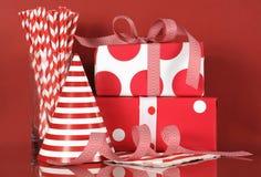 Regali della festa di compleanno e cappello rossi e bianchi Fotografia Stock