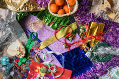 Regali di festa di Natale dell'imballaggio Carta da imballaggio, nastro, decorazioni di Natale Vista da sopra Fotografie Stock