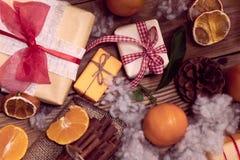 Regali di feste e mandarini Immagine Stock Libera da Diritti