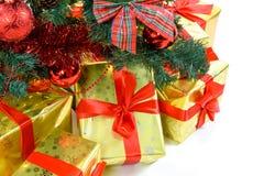 Regali di lusso sotto l'albero di Natale Fotografia Stock Libera da Diritti