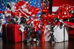 Regali di Natale avvolti in carta colorata meravigliosa fotografia stock libera da diritti