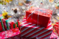 Regali di Natale avvolti sotto un albero luminoso di natale bianco immagine stock libera da diritti