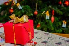 Regali di Natale che imballano a casa immagine stock