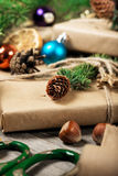 Regali di Natale con alto vicino del ramo e del cono dell'albero di Natale Immagini Stock Libere da Diritti