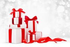 Regali di Natale con gli archi rossi Immagine Stock