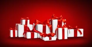 Regali di Natale con gli archi rossi Immagini Stock