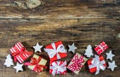 Regali di Natale con gli ornamenti Fotografia Stock