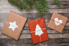 Regali di Natale con l'abete su fondo di legno immagini stock libere da diritti