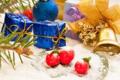Regali di Natale con la campana dorata Fotografia Stock