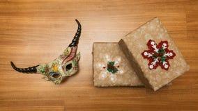 Regali di Natale con le decorazioni sulla superficie di legno fotografia stock libera da diritti