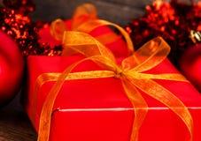 Regali di Natale con un nastro dorato fotografia stock