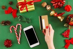 Regali di Natale d'acquisto della ragazza online sullo smartphone con la carta di credito Fotografia Stock