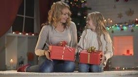 Regali di Natale di deformazione della ragazza e della donna, preparazioni di vigilia di festa, wishlist archivi video