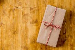 Regali di Natale del mestiere su fondo di legno fotografie stock