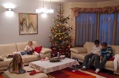 Regali di Natale di apertura Immagine Stock Libera da Diritti